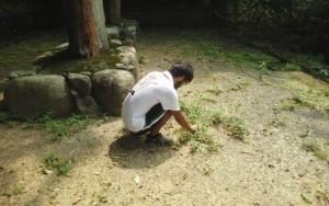 福岡の変・魂の碑を塚本氏と清掃