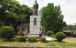 橋本左内先生銅像前にて